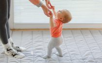 اعتقادات خاطئة حول تأخر مشي الطفل في عامه الأول