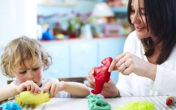 ما هي فوائد اللعب بالصلصال على طفلك؟ وكيف يمكنك صنعه في البيت؟