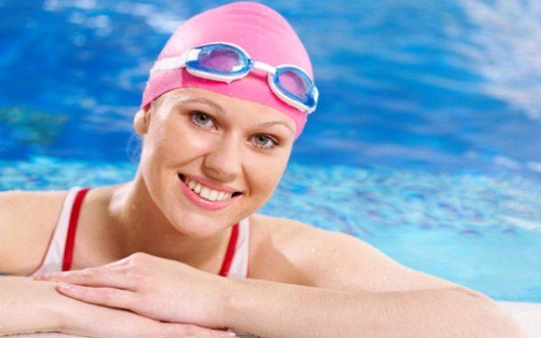 روتين العناية بالبشرة والشعر خلال السباحة هذا الصيف
