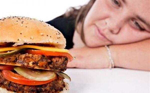 دراسة أمريكية : الأرق يزيد من تناول الوجبات السريعة