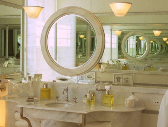 اكتشفي أحدث تصاميم المرايا لديكور حمام مميز