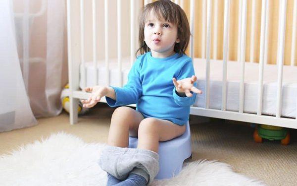 كيف تساعدين طفلك على التخلص من مشكلة الامساك من دون طبيب؟