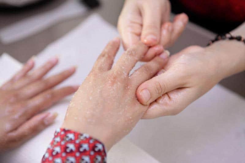 تقشير وتنعيم اليدين