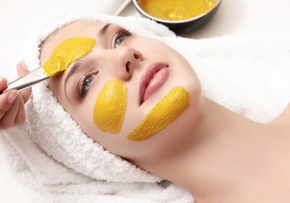 عصير الليمون والكركم بالبشرة