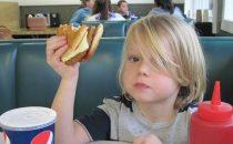 كيف نحمي أطفالنا من خطر الوجبات السريعة؟