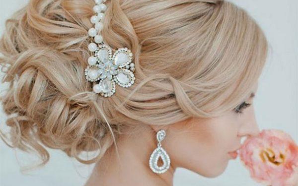 للعروس: أجمل إكسسوارات اللؤلؤ لتسريحة زفاف جذابة