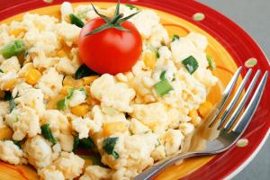 خطوات تجهيز بيض مخفوق بالجبن لفطور الصباح