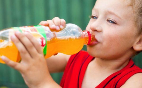 أضرار المشروبات الغازية على صحة طفلك