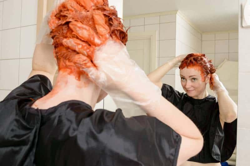 حيل منزلية لتنظيف بقع صبغة الشعر من الملابس