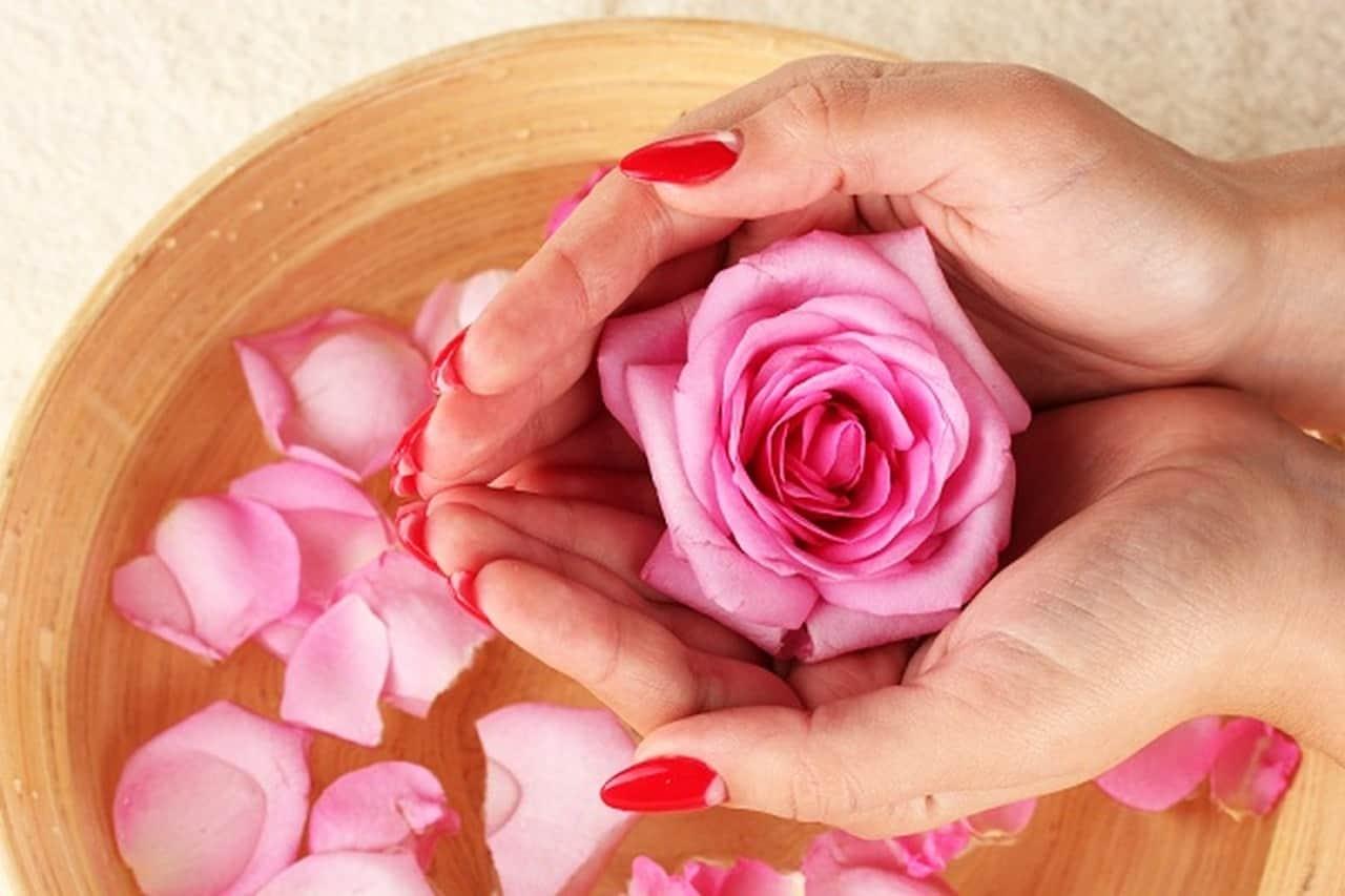 ماء الورد للعناية بشعرك