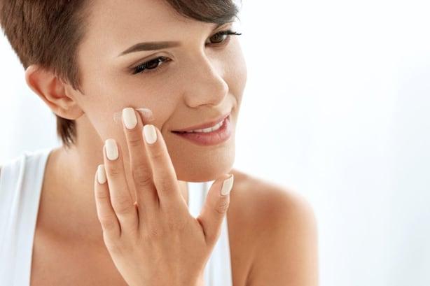كيفية تنظيف البشرة وتقشيرها بالليمون