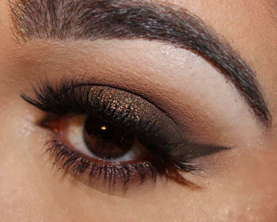 احصلي على ماكياج عيون سموكي باللون البني لخريف 2018