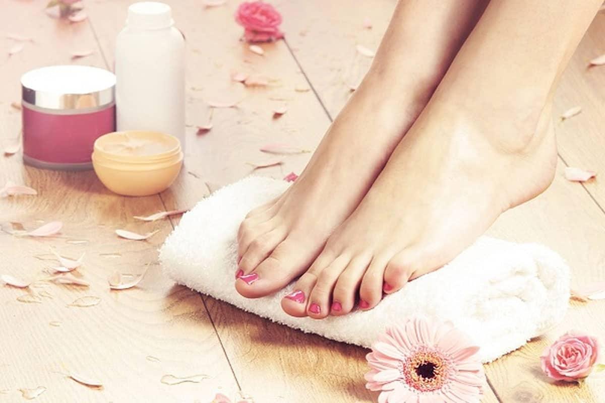 وصفات طبيعية للعناية بالأقدام وترطيبها