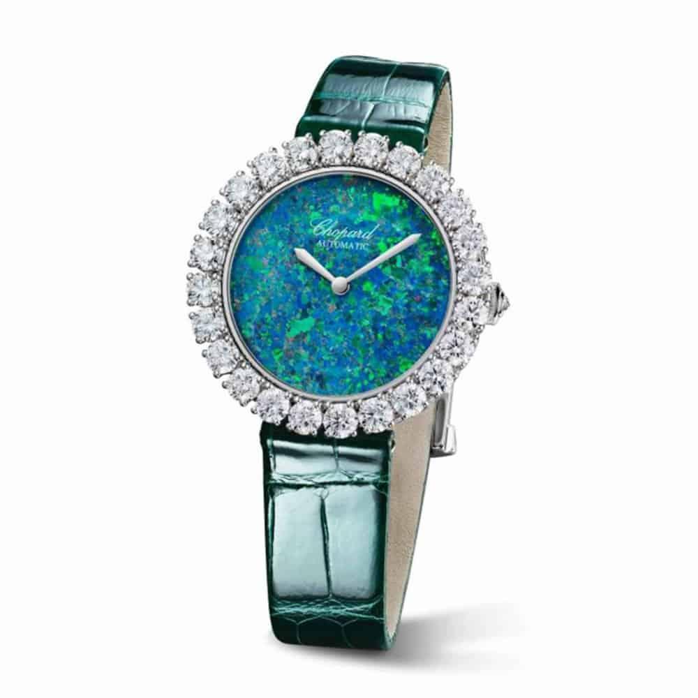 ساعات باللون الأخضر