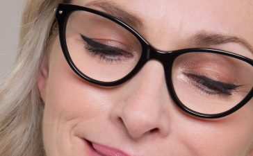 ماكياج مثالي لصاحبات النظارات الطبية