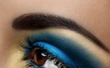 ماكياج عيون باللون الأزرق الكوبالت