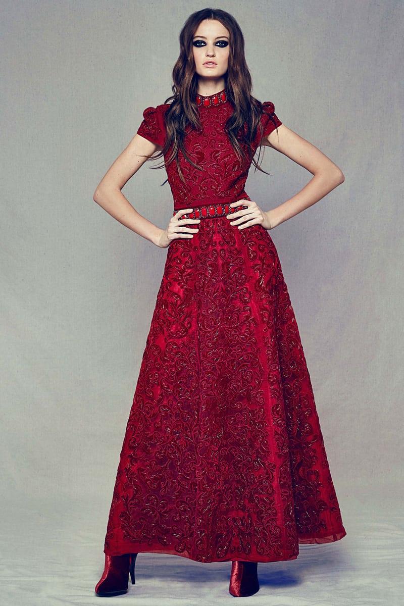 2a0e5c197c37d ابتكرت دار دولتشي أند غابانا تصاميم مميزة ، وقد لفتت انتباهنا الفساتين  المزوقة بالكشكاش التي يمكنك إضافة إكسسوارات ذهبية معها حتى تكوني مميزة.