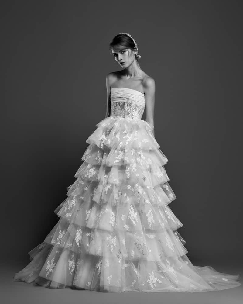 db1c86be3 ... 377c3646bcbd5 كما تضمنت مجموعته الجديدة الفساتين V Neck و الأكمام Off  Shoulder dresses، أما إذا; aa92ea3c4c8b5 فساتين ...
