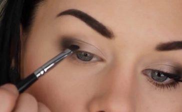 طريقة بسيطة لتطبيق مكياج العيون للمرأة الأربعينية