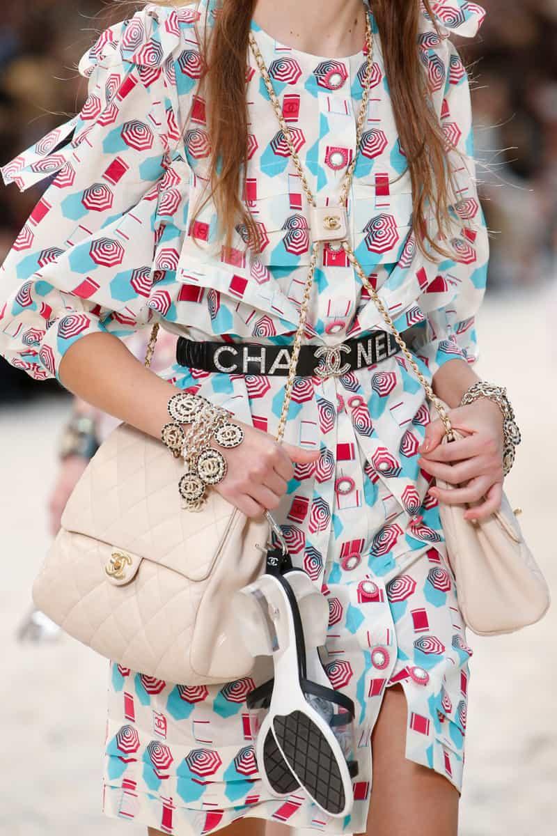 5f5ddba1d0e68 أظافت غوتشي Gucci ومارك جاكوبس Marc Jacobs، حقائب يد صغيرة بحجم الكلاتش  وبمقابض يد بنفس الخامة واللون. حتمًا ستنال إعجابك هذه التشكيلة.