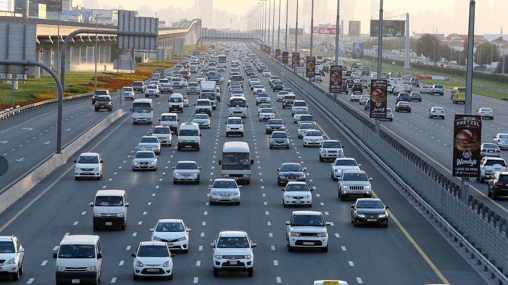 القيادة في الإمارات