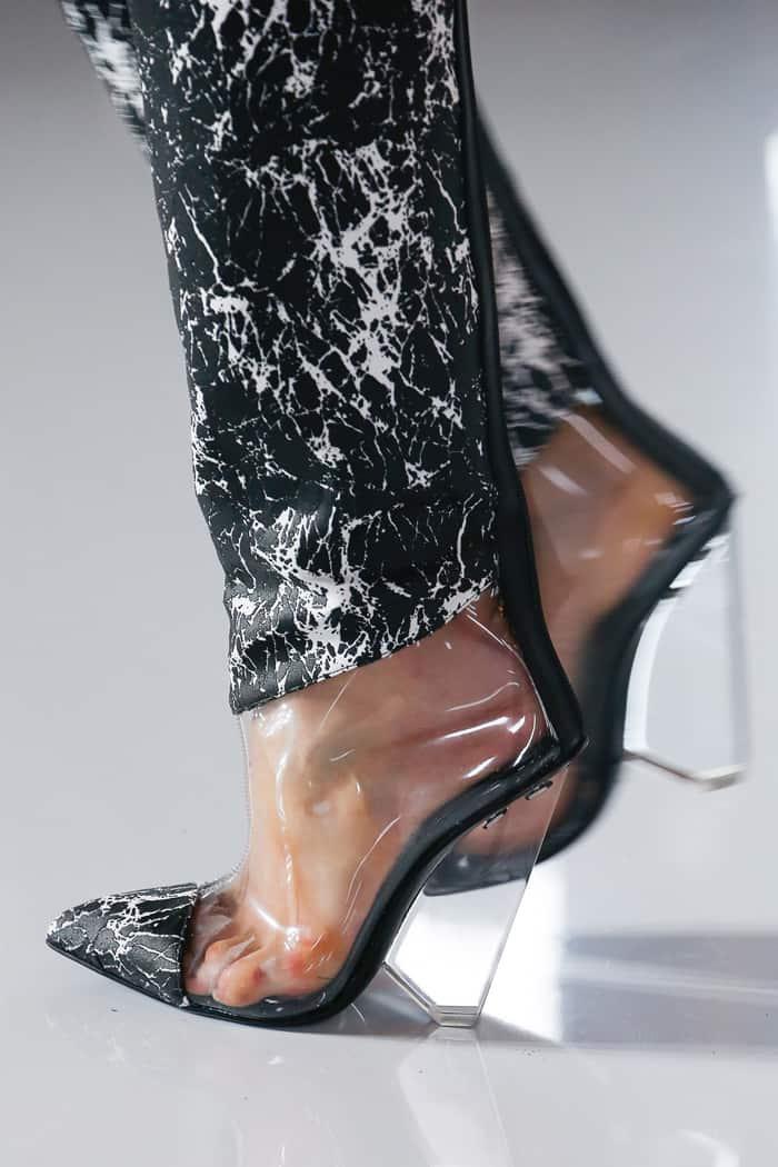 84519250a خصصت ماركات مختلفة جزء من تشكيلتها للأحذية المطبعة بالورود وأخرى مصممة من  جلود الحيوانات، ومن بين الموديلات التي نالت إعجابنا الأحذية التي قدمها  ألكسندر ...