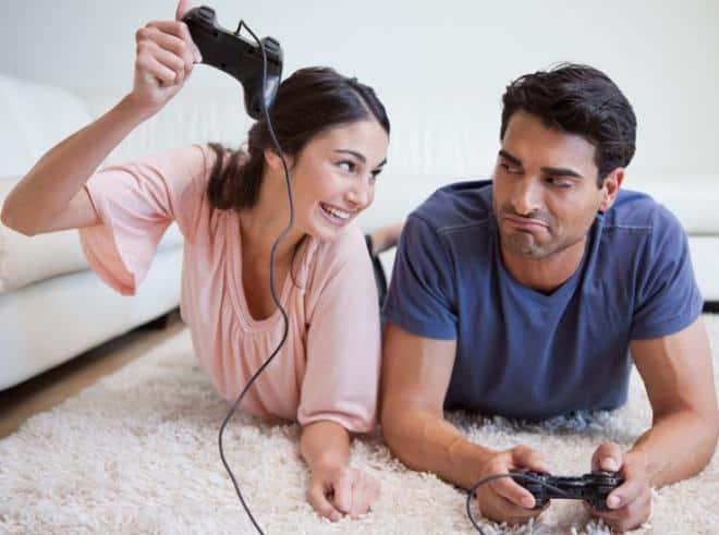 زوج وزوجة يلعبان
