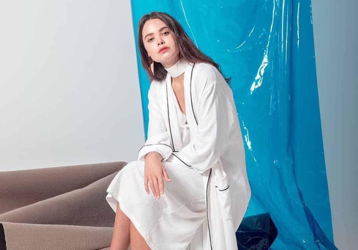 أجمل تصاميم العبايات البيضاء لإطلالة متميزة أيام عيد الفطر