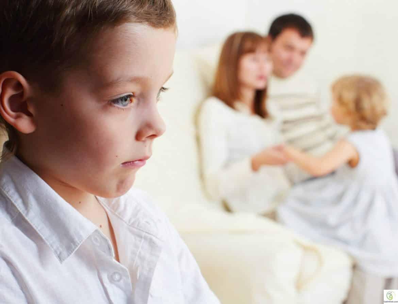 طرق التعامل مع غيرة الأطفال من المولود الجديد