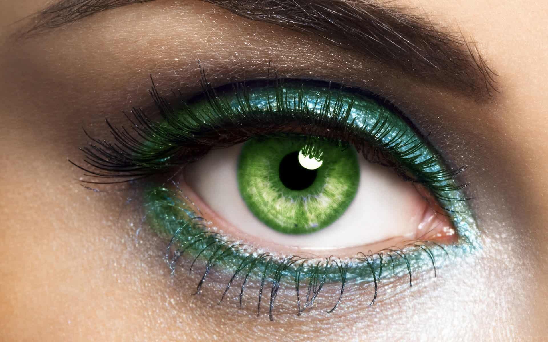 مكياج أخضر لامع لصاحبات العيون البنية