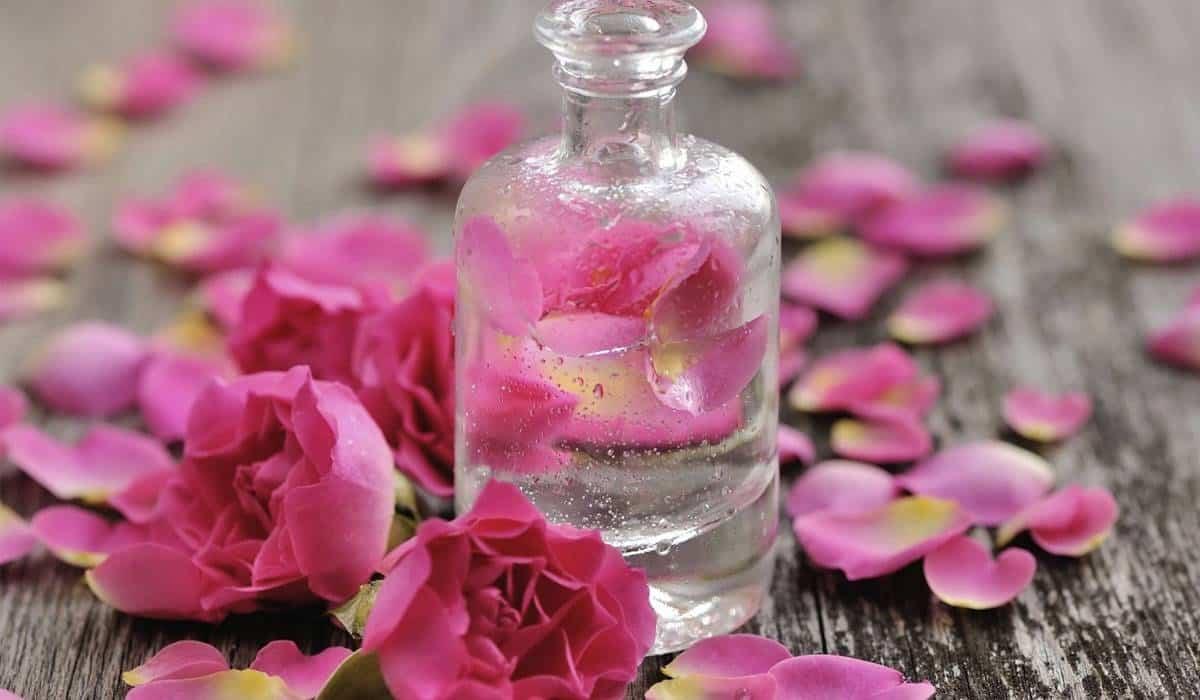 اكتشفي فوائد ماء الورد للبشرة قبل النوم