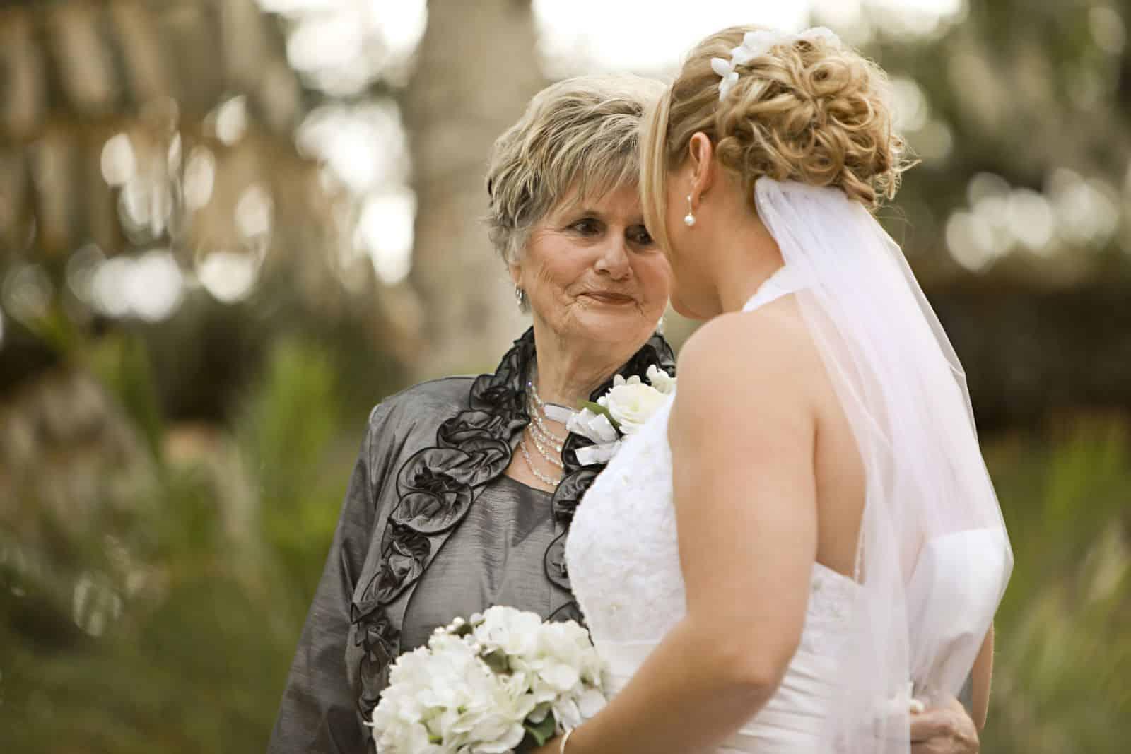تشكيلة فخمة من فساتين السهرات المناسبة لأم العروس