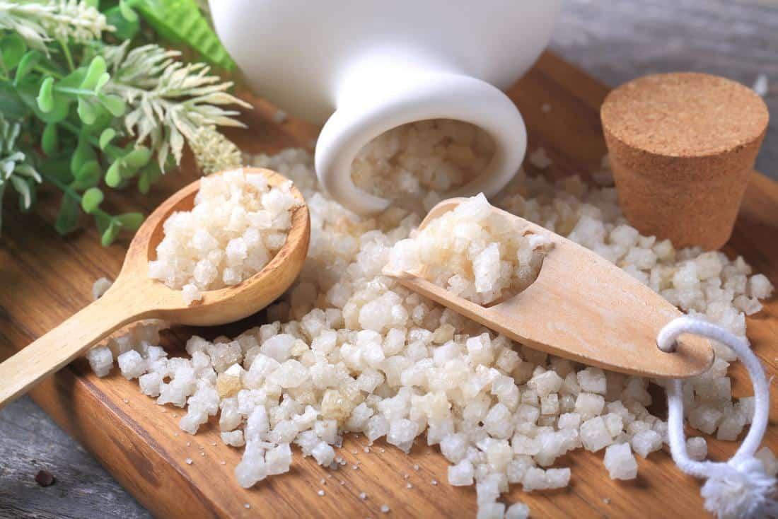 ماسك طبيعي من الملح إنكليزي (إبسوم) والعسل لترطيب البشرة الجافة وتخليصها من السموم