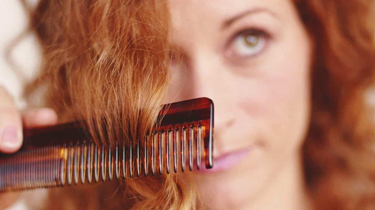 وصفات ونصائح تعيد لك صحة أطراف الشعر المقصفة!