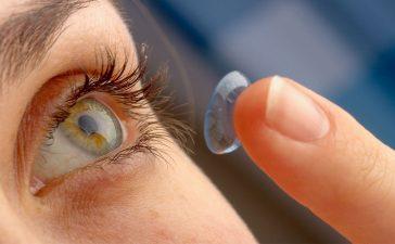 نصائح هامة لحماية العينين عند وضع المكياج مع العدسات اللاصقة