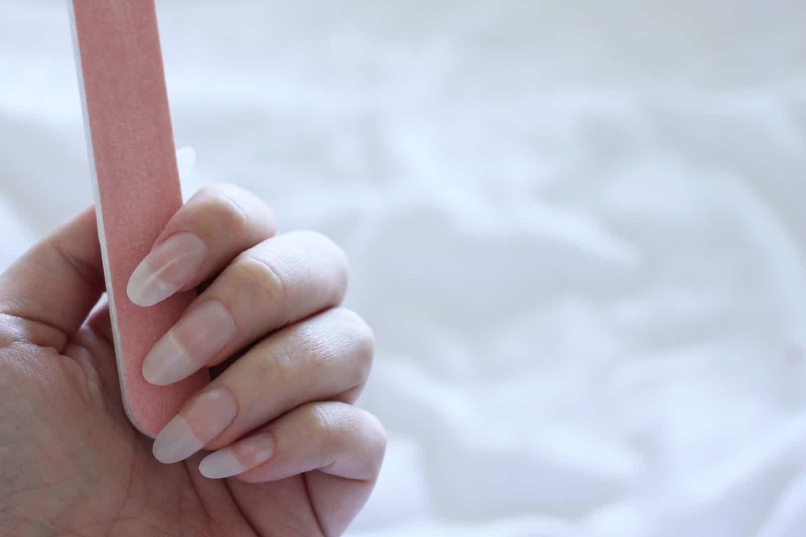 طريقة تبييض الأظافر
