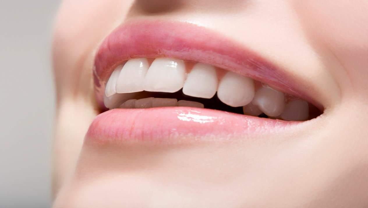 مكونات منزلية ستساعدك على تبييض أسنانك بسرعة