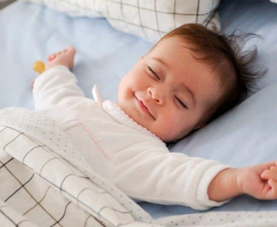 الرضيع في سرير منفصل