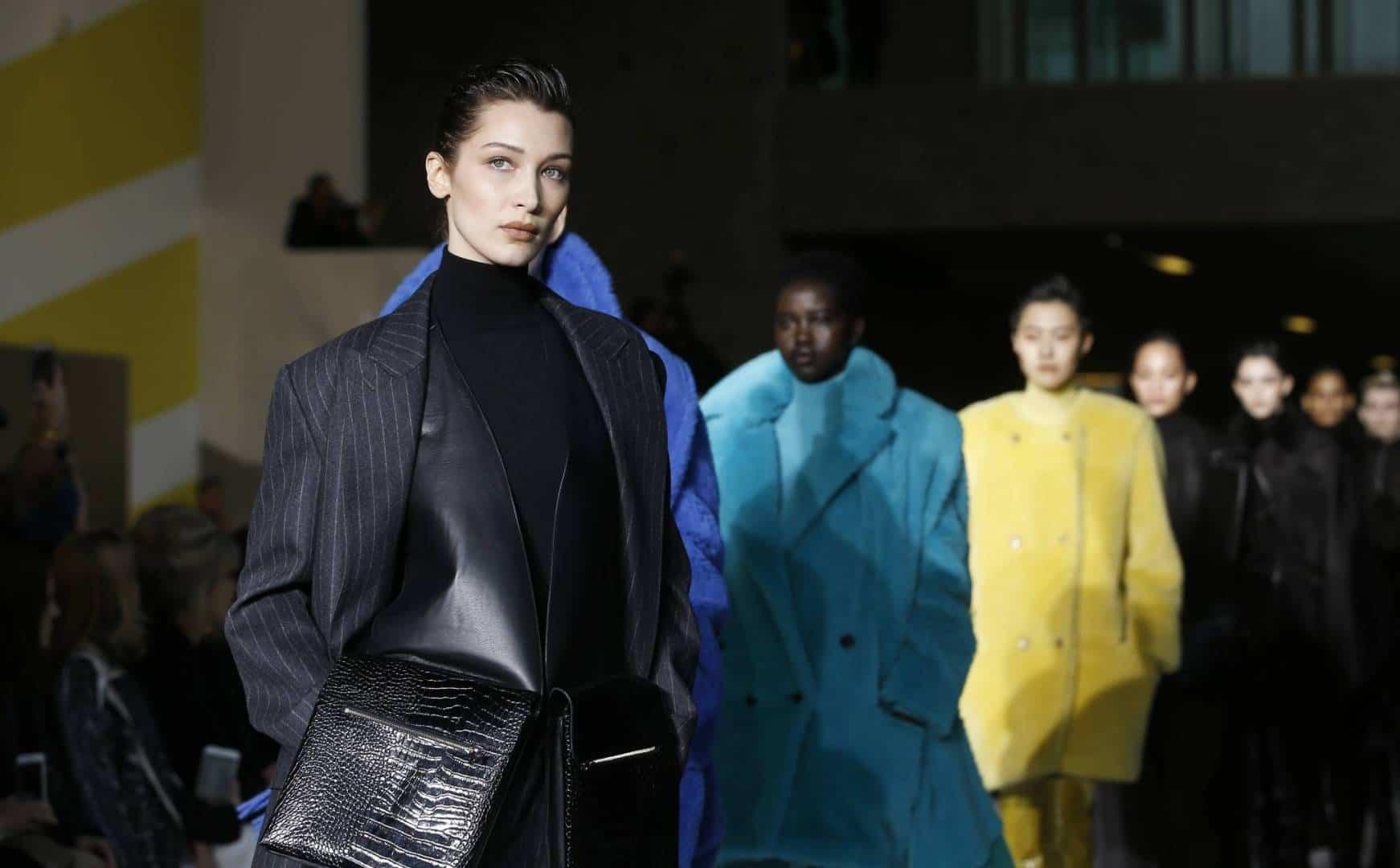المعاطف الملونة أبرز صيحات الموضة لشتاء 2020