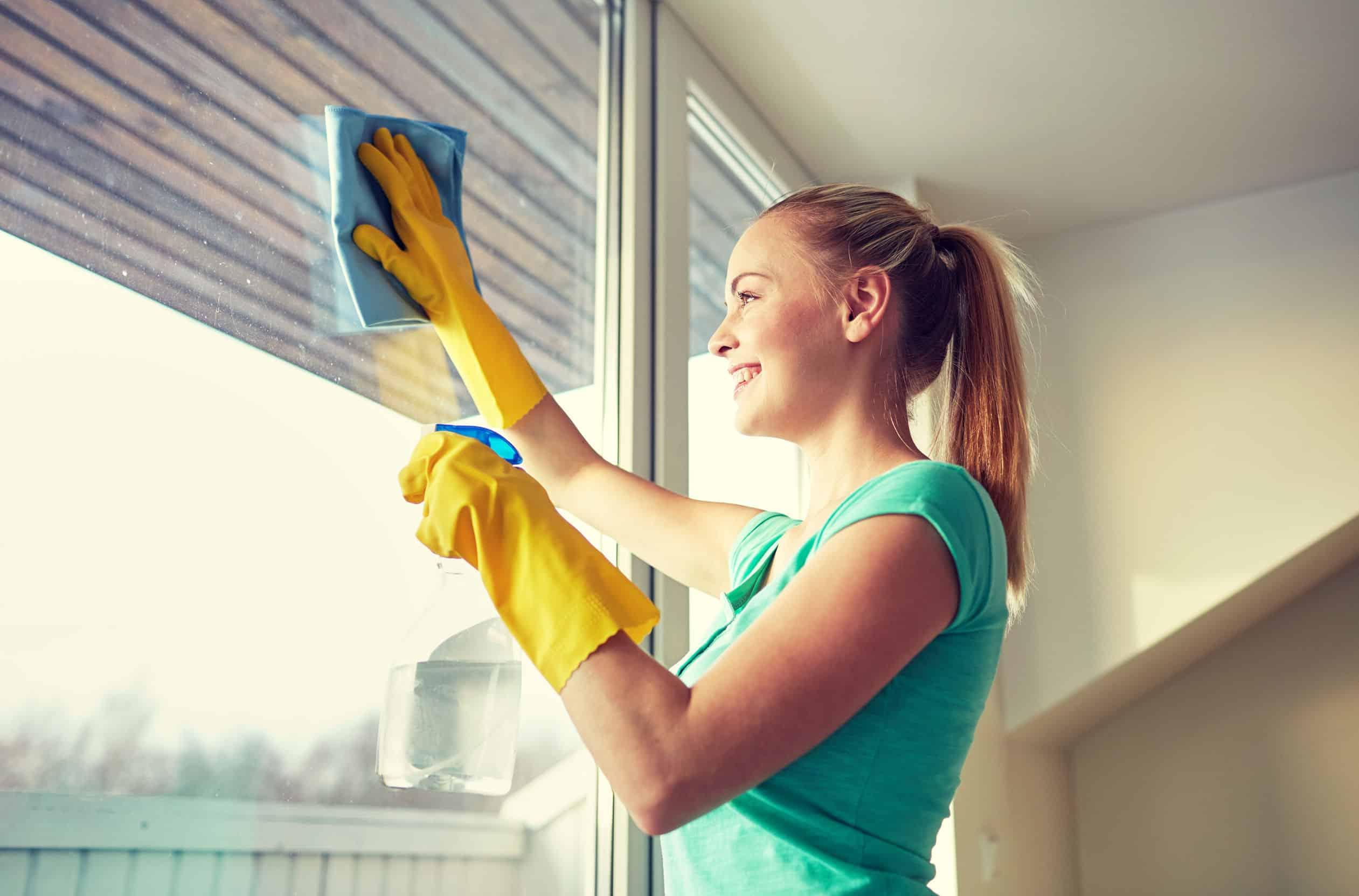 طرق منزلية للحفاظ على نظافة النوافذ من شحوم المطابخ