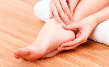 اكتشفي أسرع الوصفات لترطيب وعلاج تشقق القدمين!