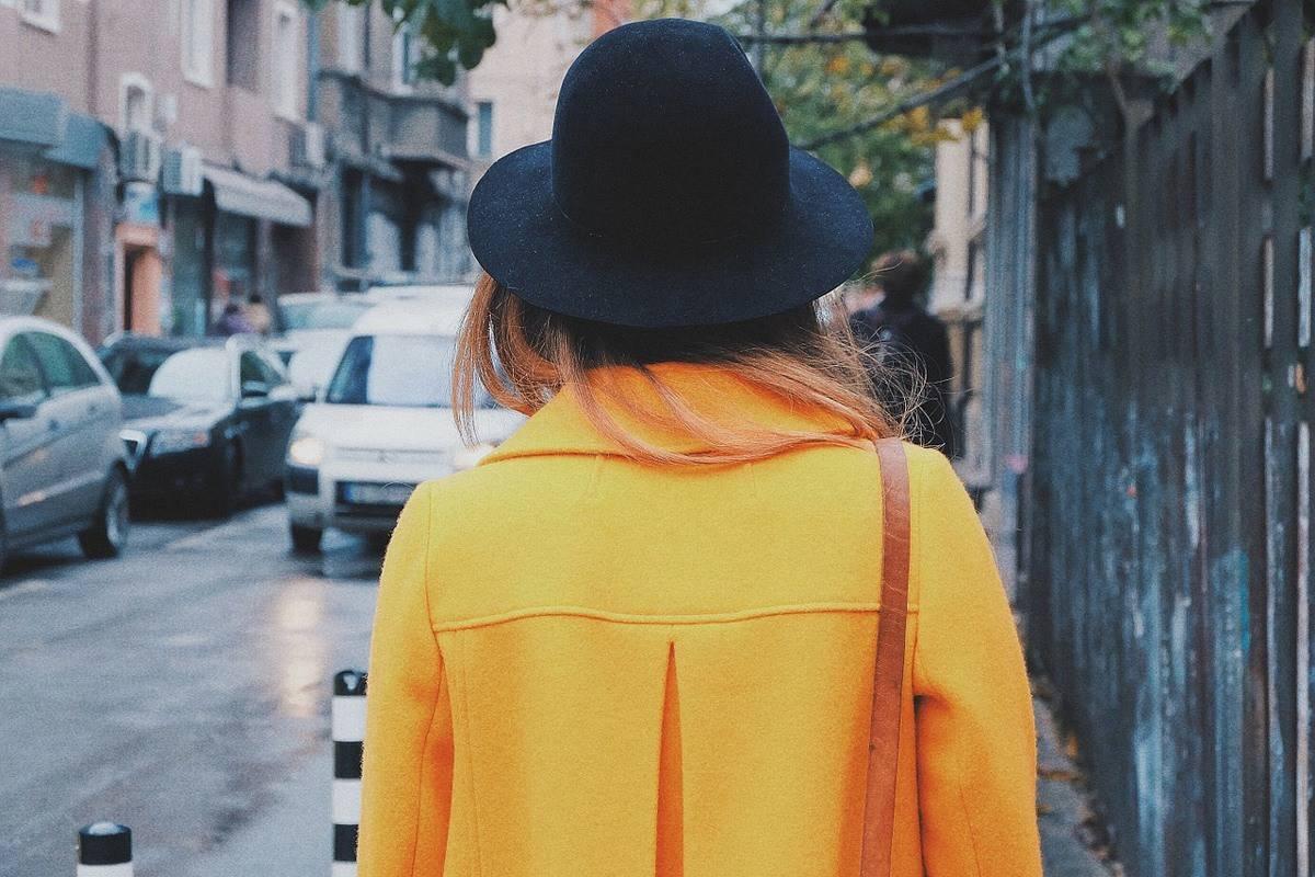 هكذا يمكنك تنسيق اللون الأصفر مع ملابسك