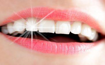 حلول طبيعية لتبييض الأسنان في المنزل