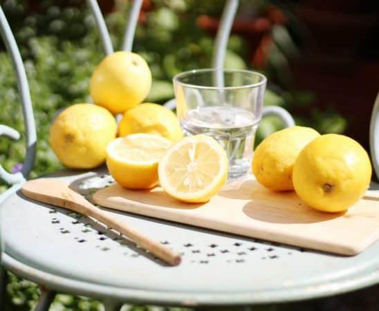 فوائد شرب الماء الدافئ والليمون