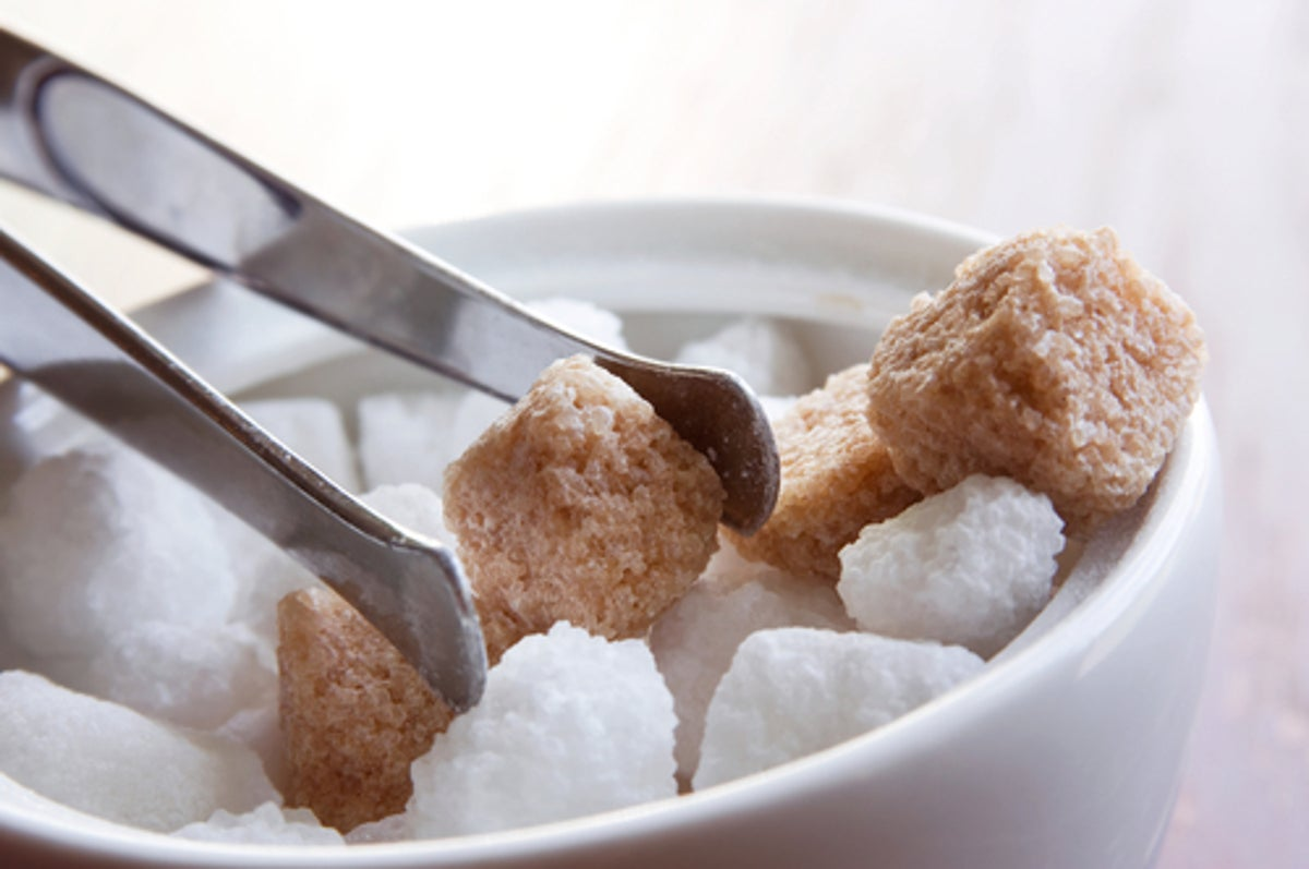 السكر البني والسكر الأبيض أيهما أفضل