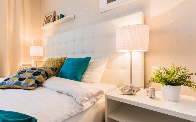 طرق اقتصادية لتزويق طاولة السرير الجانبية