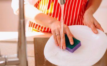 هل تستخدمين ليفة غسل الصحون بشكل صحيح
