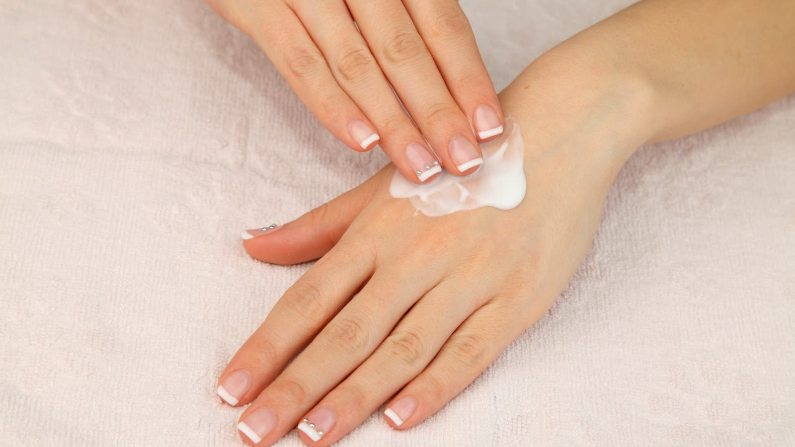 5 وصفات طبيعية لعلاج جفاف اليدين