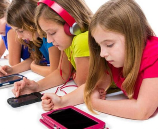 5 تأثيرات سلبية لاستعمال الشاشات الذكية على الأطفال