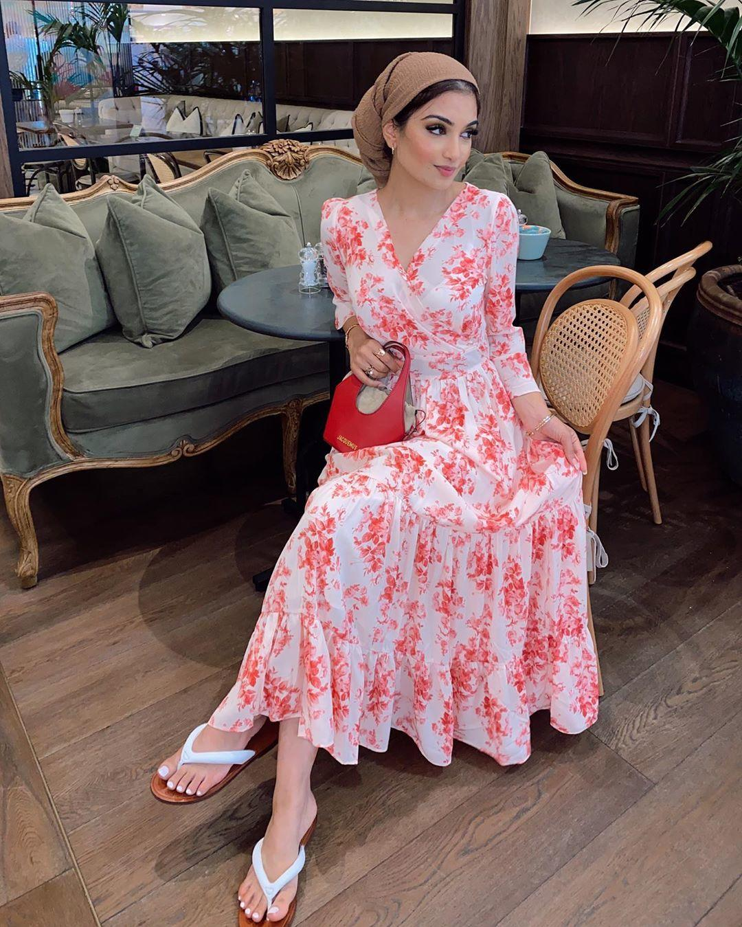 فستان باللون الأبيض بطبعة الورد باللون الأحمر نسقيه مع حجاب بلون فاتح مثل البيج.